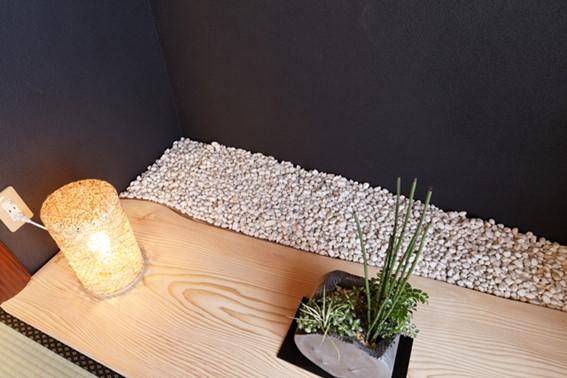 モミの一枚板と玉砂利の床の間