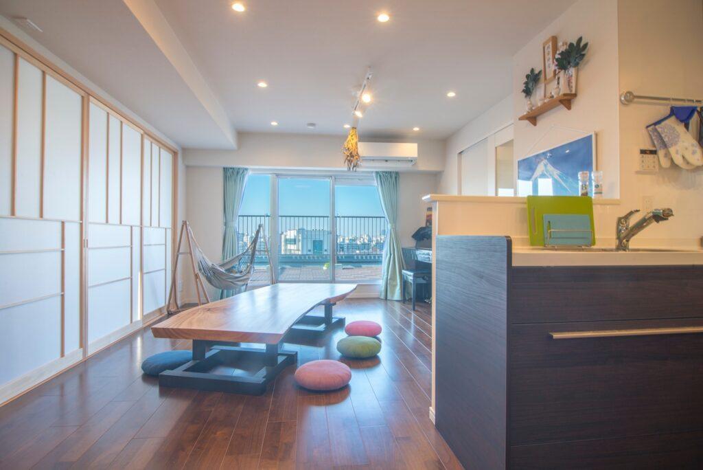 リビングの隣に和室を設けるリノベーションプランを採用