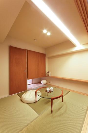 格式張らない棚板だけのシンプルな床の間